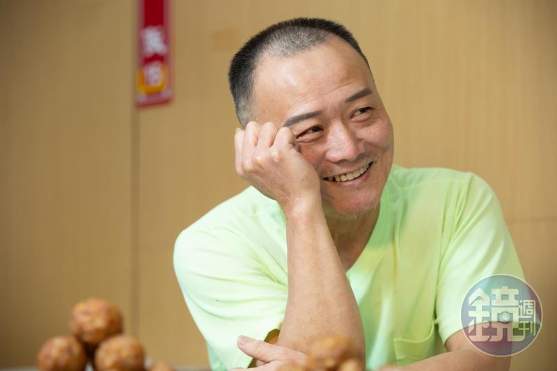 馮坤志因好賭導致妻子傷心離去,提起往事他懊悔不已,但仍強忍下男兒淚。