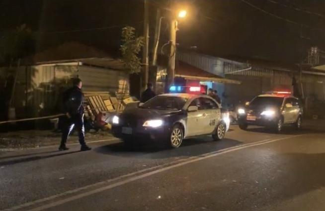大批警力趕至現場,鎖定逃往合歡山區的張嫌展開追捕行動。(翻攝畫面)
