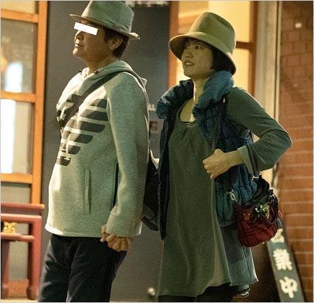 日本《週刊女性》拍到飯島直子的老公偷吻其他女人。(翻攝《週刊女性》)