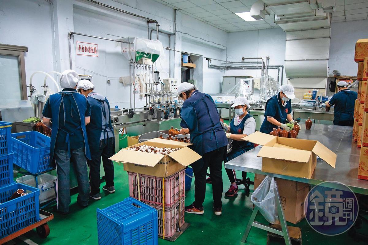 農曆春節前,包裝廠裡正忙著灌裝出貨。