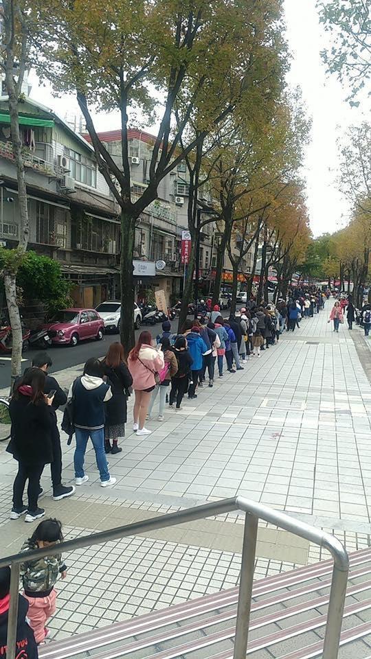 吳怡農在台北市發春聯引來大批民眾爭睹本尊,隊伍綿延看不到盡頭。(翻攝自《只是堵藍》臉書粉絲專頁)