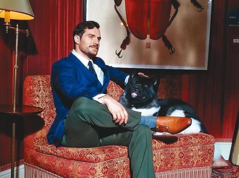 亨利卡維爾常帶著愛犬「卡爾」跑通告,有時這頭狗甚至搶過主人的鋒頭。(翻攝自亨利卡維爾IG)