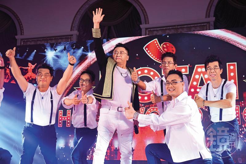 和泰汽車再度蟬聯車市銷售龍頭,總經理蘇純興(左3)尾牙宴一如去年率領一級主管上台表演。