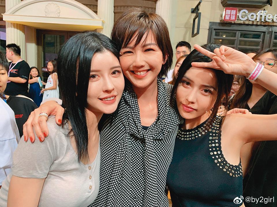 By2參加大陸選秀節目《明日之子》第三季,受到同樣來自新加坡的孫燕姿(中)讚美,突破了過往。(翻攝自By2微博)