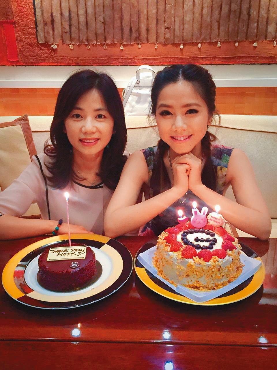 鄧紫棋(右)常在社群網站po與媽媽(左)的合照,母女感情極佳。(翻攝自鄧紫棋臉書)