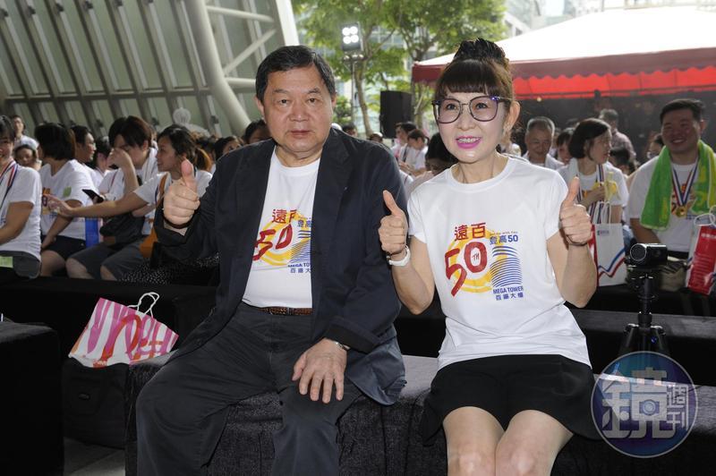 徐雪芳(右)身材纖細,笑說自己30年前的衣服都穿得下。