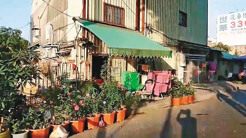 發生命案的台南市東豐路鐵路旁違建,是經營30年的私娼寮。(東森新聞提供)