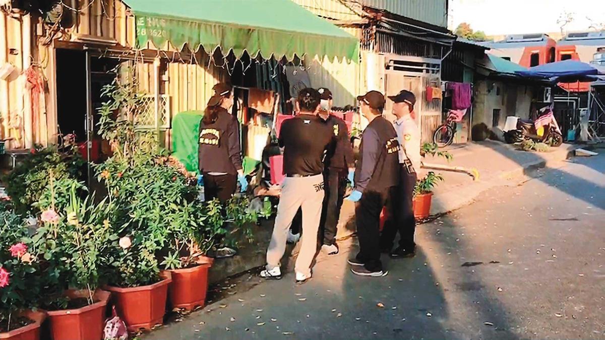 陳智賢行凶後報警自首,轄區員警趕到現場調查。(東森新聞提供)