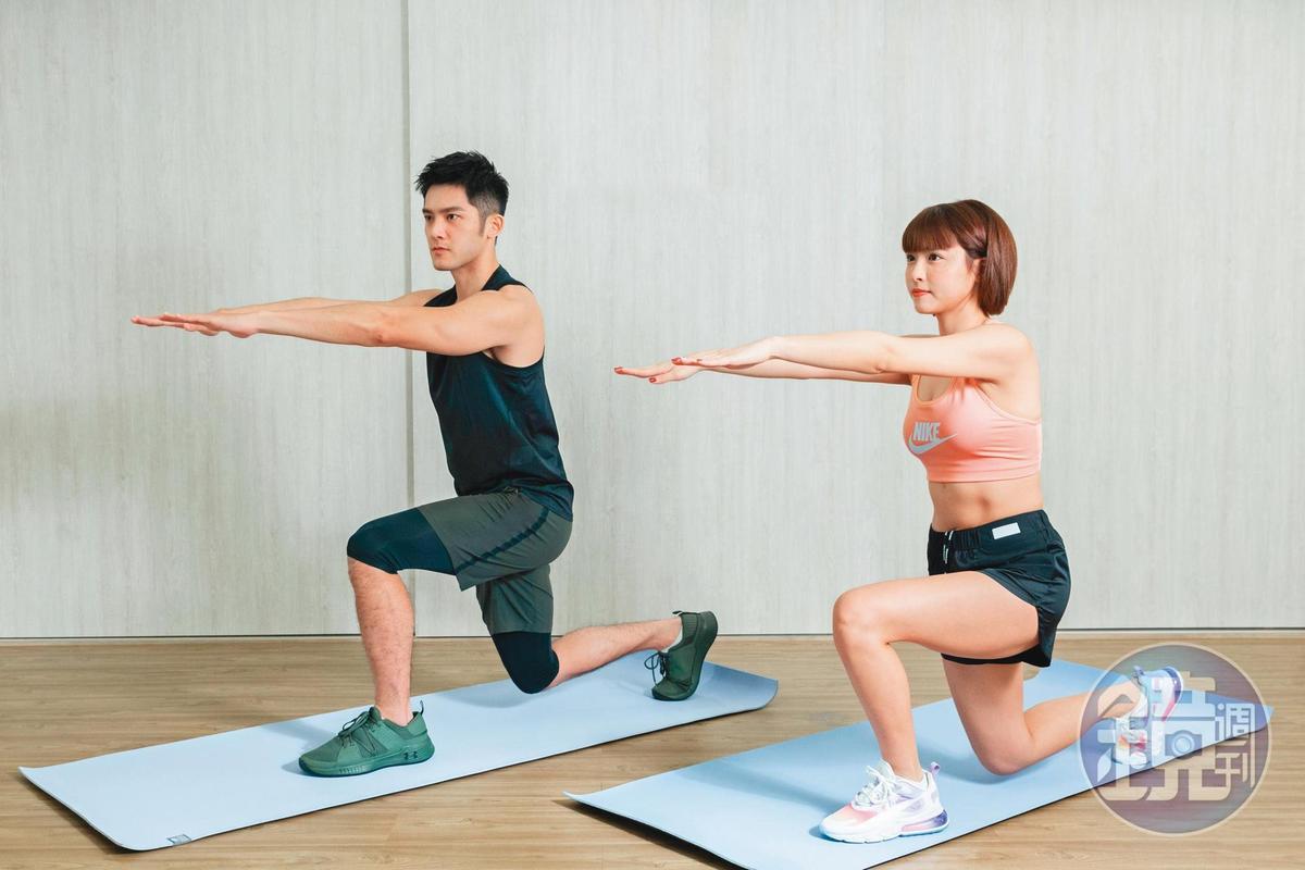 徒手深蹲後側步:手舉到與肩平行,後弓箭步蹲下,大腿跟地面平行,上下10次,可鍛鍊下半身。