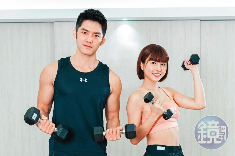 峮峮(右)和林冠宇一同示範年後輕鬆在家減重運動招式。