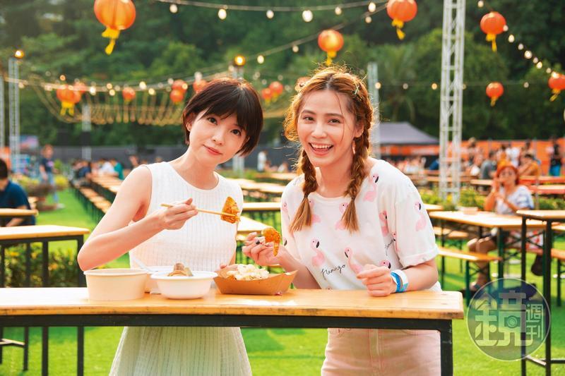 郭美美(左)與好友邱慧雯(右)一起到新加坡,出席美食活動「士林嘉年華之寧夏夜市」,2個愛吃鬼還真的每攤吃透透。