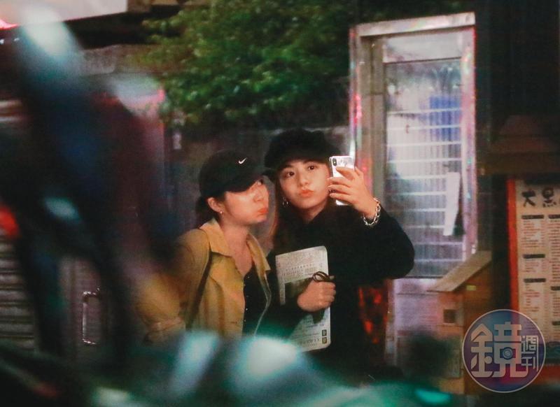 1/6 00:27 與好友的宵夜結束後,由宋芸樺掌鏡,兩人以自拍作為聚會的ending。