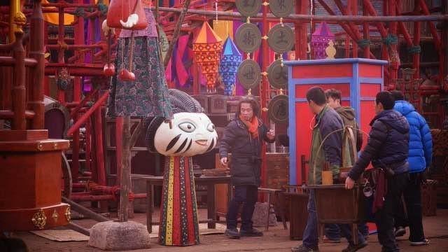 藝術總監赤塚佳仁(左一)在《西遊伏妖篇》拍片現場。 (星輝海外有限公司提供)