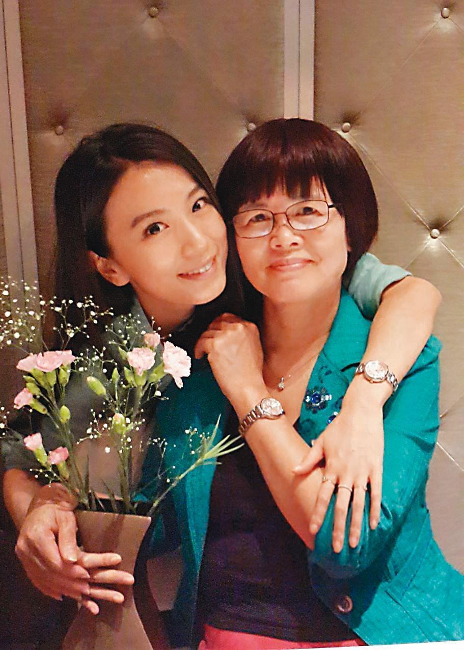 田馥甄與媽媽(右)感情好,田媽媽對女兒的感情抱持隨緣的心態,完全不逼婚。(翻攝自田馥甄臉書)