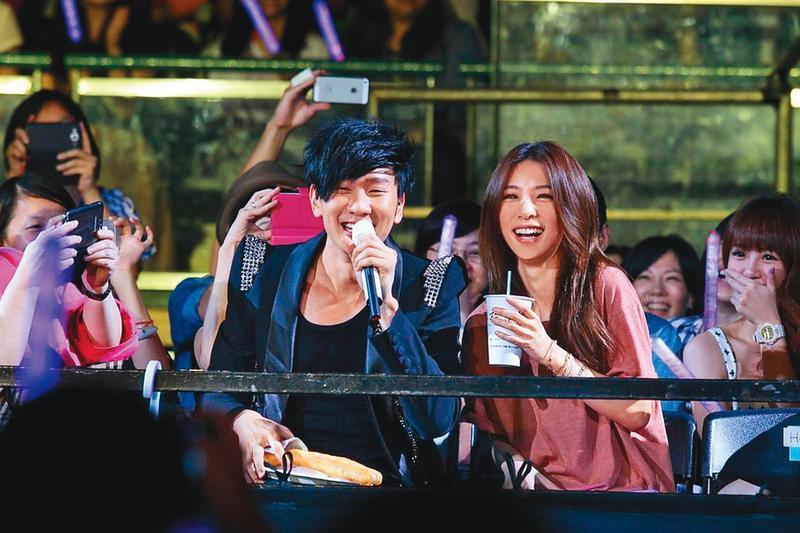 林俊傑(左)曾在演唱會向Hebe表達好感,傳男方過於積極,嚇退女方。(華納提供)