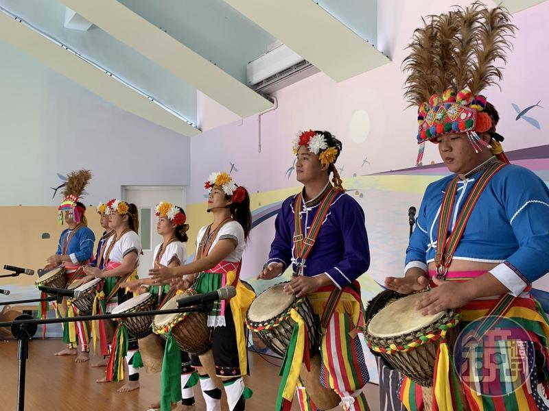 「努瓦里岸文化劇場」的Paw Paw鼓表演,氣氛相當嗨。