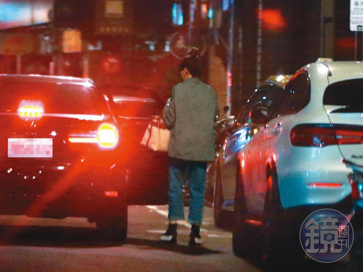 1/4 王柏傑下車後,車子駛近王家,又有一名妹仔下車,可見女生早在車上。
