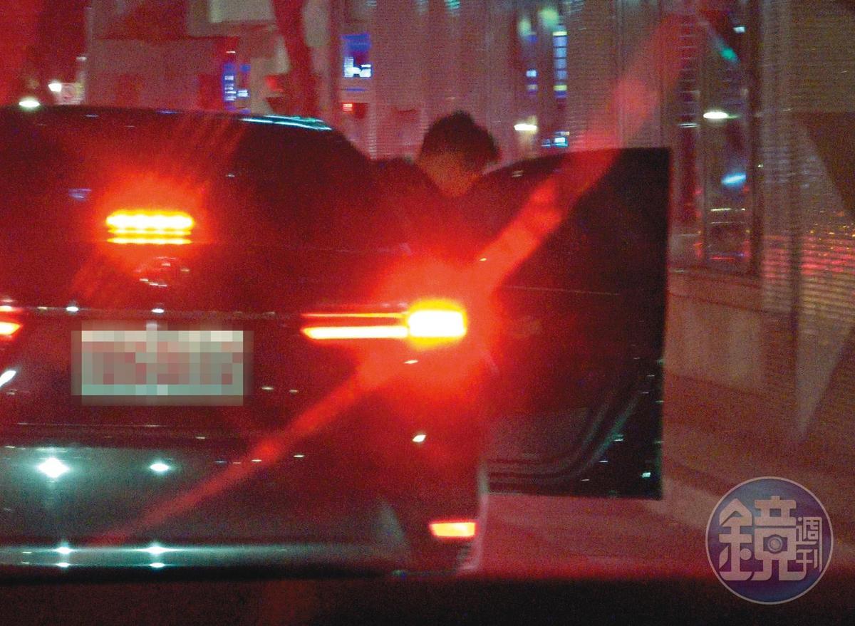 1/4 02 : 01 到了王家附近,王柏傑先下車,一前一後故布疑陣。