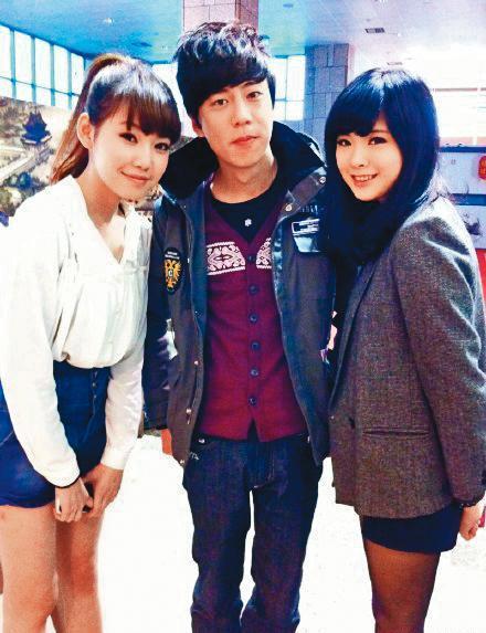 更早之前,鄭婕彤(左)還被挖出有另名前男友,也是《大學生了沒》的班底、綽號起司(中)。(翻攝自正方形小妞微博)