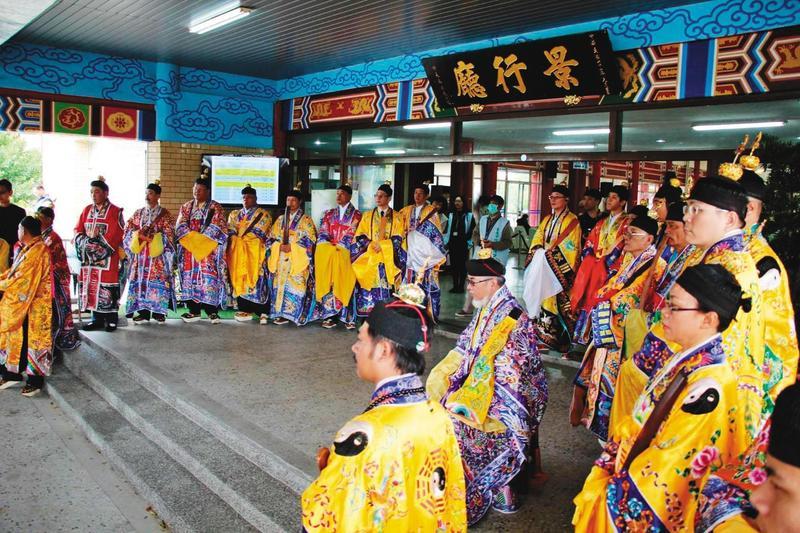 2016年台南市維冠大樓倒塌案發生後,張天師們受邀到現場、殯儀館舉行法會。(翻攝網路)