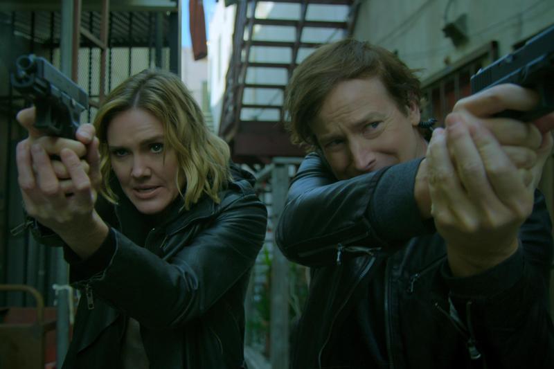 《杏林偵探》的主角是醫生,然是又可以瞬間化身警探辦案,全球跑透透。(Netflix提供)