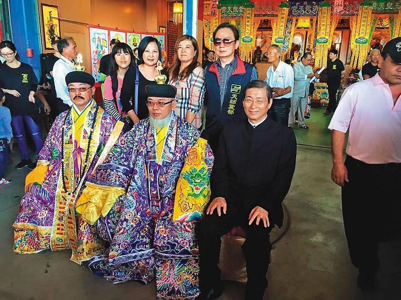 自稱65代天師的張捷翔(前左)與統促黨總裁張安樂(前右)交好,統促黨還特別為其成立「天師黨部」。(翻攝網路)