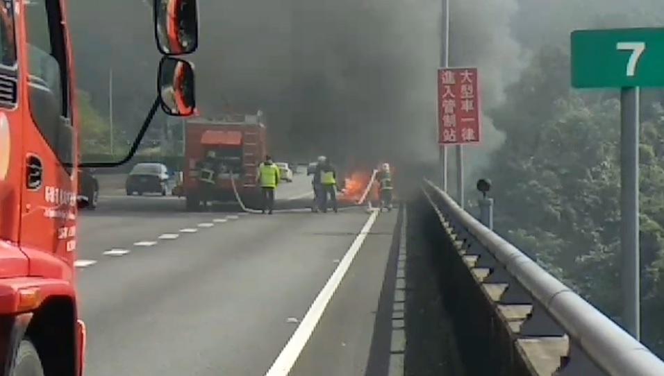 國道5號石碇路段下午發生火燒車事故,駕駛乘客4人驚險逃生。(翻攝畫面)