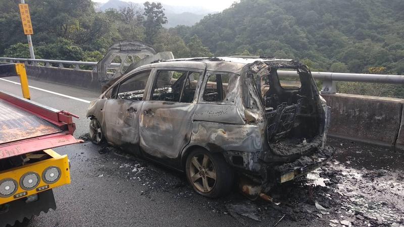 整部休旅車遭大火吞噬,火勢被撲滅後僅剩下破車架。(翻攝畫面)