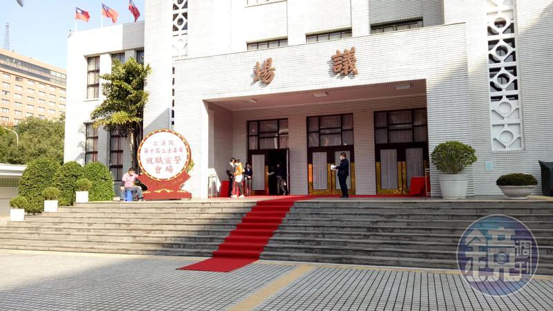 本週六新科立委報到就職,立法院議場前今已鋪設紅地毯。