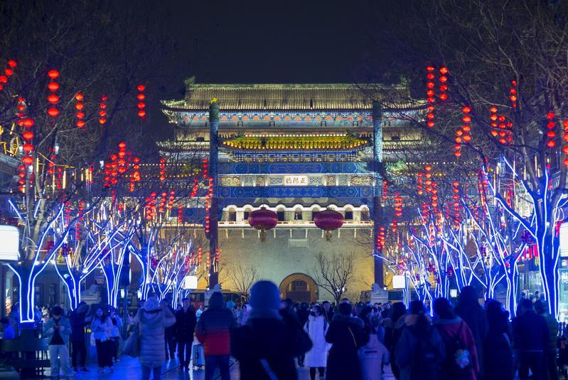 農曆新年期間,北京前門大街彩燈高掛。(東方IC)
