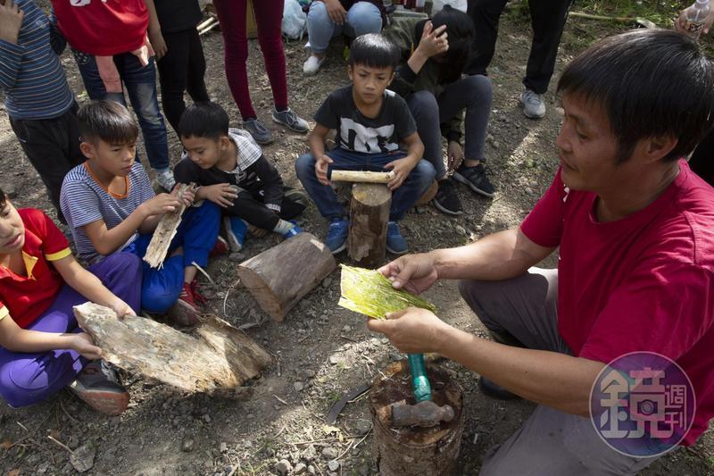 透過族語教育,部落新生代可以從老人家身上學習自己的文化。