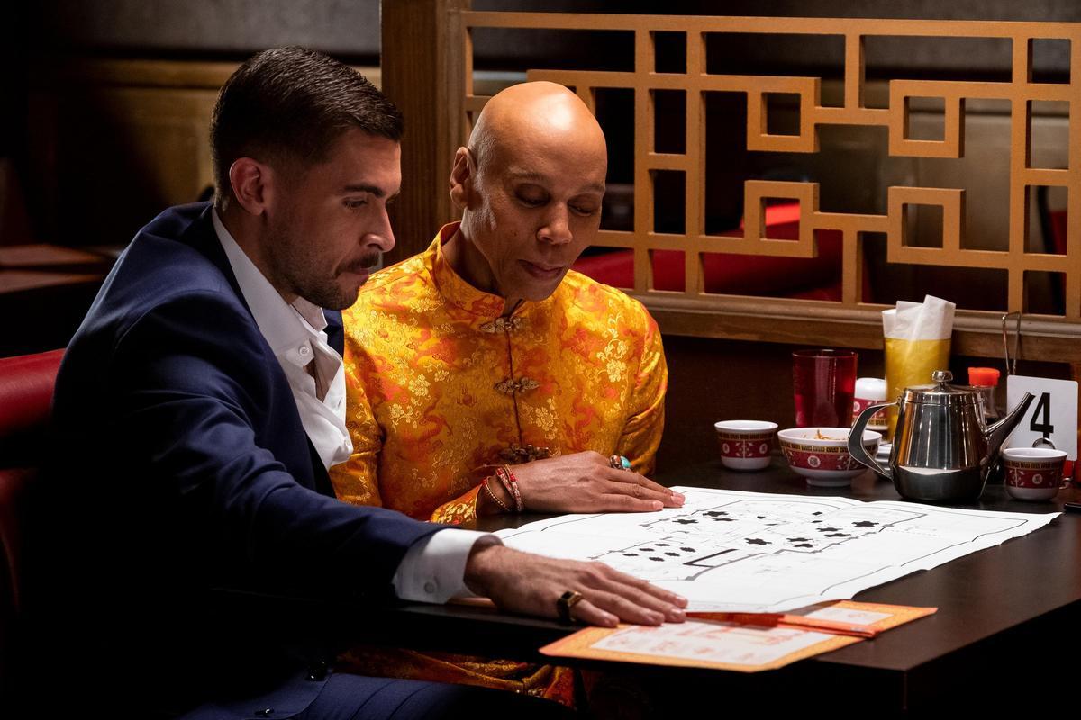 魯保羅(右)難得以男兒身在《AJ與皇后》演出「紅寶石」,跟男友一起編織的美夢,但沒多久就破滅了。(Netflix提供)