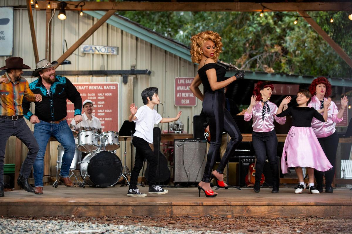 透過模仿電影《火爆浪子》的歌舞場面,反思何謂社會定義的「好女孩」「壞女孩」。(Netflix提供)