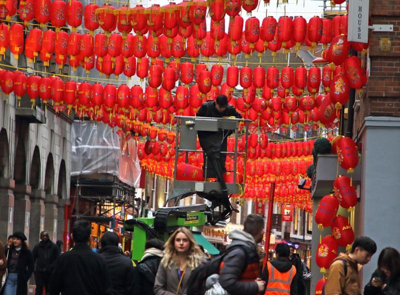 英國倫敦的唐人街為新春節慶進行街頭佈置。(東方IC)