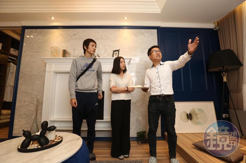 房產專家陪同年輕情侶檔看屋,提點買預售屋時應留意與觀察的部分。