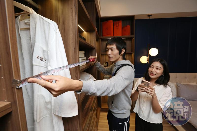 專家提醒,看樣品屋時,可實際測量衣櫃的尺寸與深度,以確定是否有足夠儲物空間。
