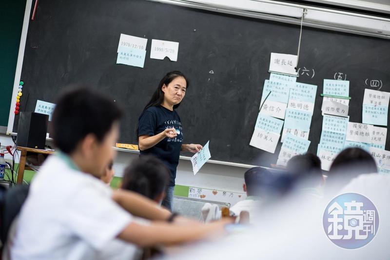 這天,翁麗淑用字卡遊戲的方式,帶領班上學生從「美麗島事件」認識「國際人權日」,台下一片熱絡,互動踴躍。