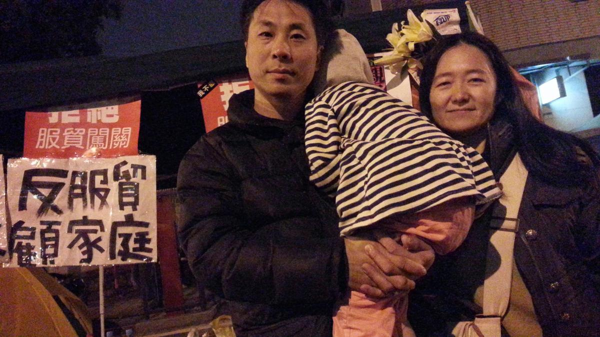 翁麗淑不只是口頭上的左派,現實生活也常跟老公帶著小孩一起參與各種街頭運動或遊行。(翁麗淑提供)