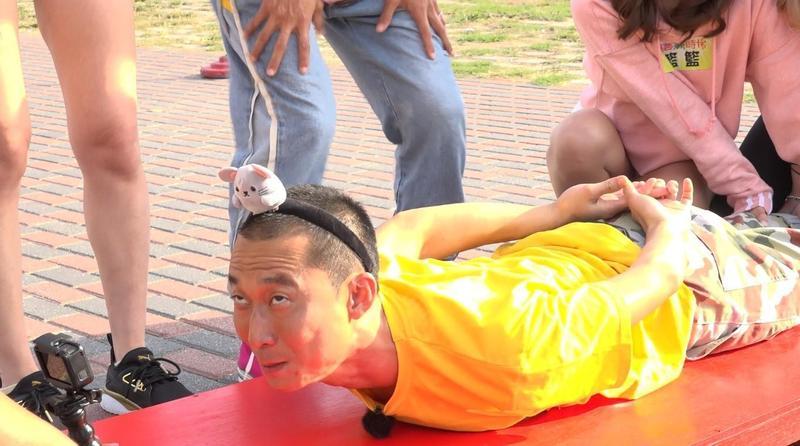 浩子因罹患僵直性脊椎炎,闖關時表情相當扭曲。(圖/民視提供)