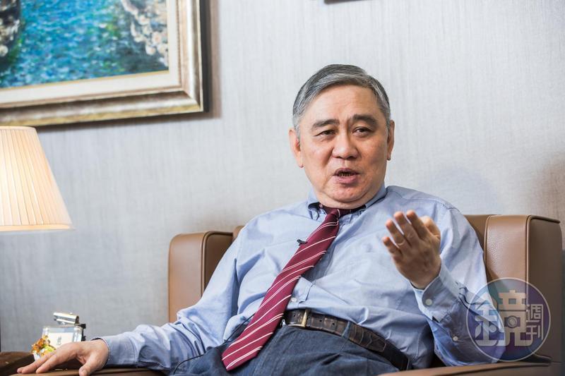 王永慶之子王文洋是台積電第一屆董事,他說:「是我們聘請張忠謀當董事長的。」