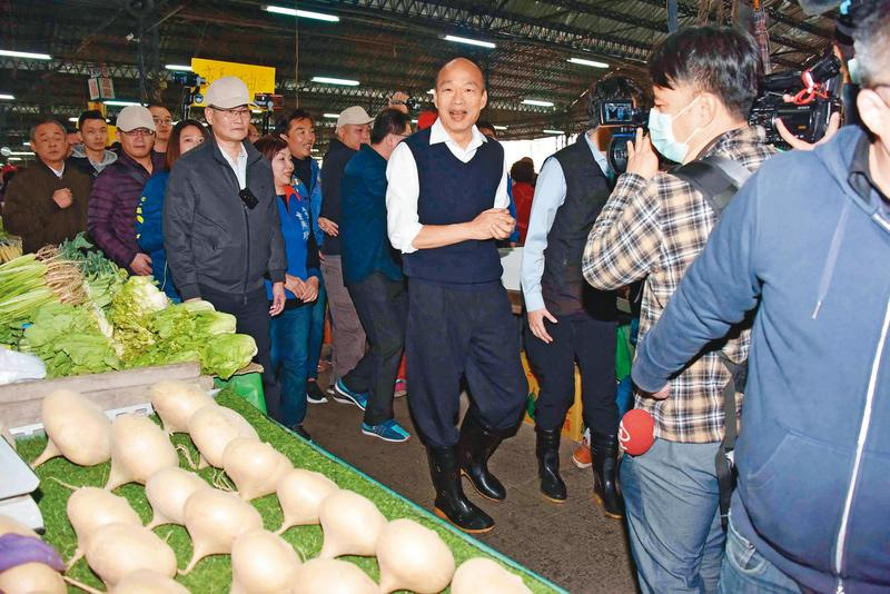 敗選過後,韓國瑜陷入罷免危機,他一刻也不敢輕忽,立刻返回市府上班,年節期間同樣不放假,前往市場視察。(高雄市政府提供)