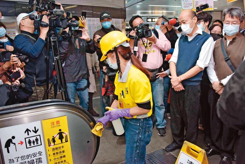 回到高雄市府後,韓國瑜(前右)以市政優先,年節期間赴美麗島站視察防疫,取消原先要發紅包的行程。(高市府提供)