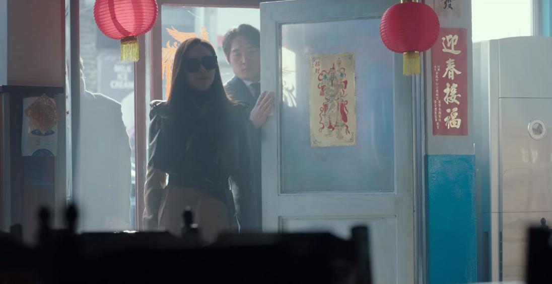 《愛的迫降》出現來自台灣的春聯,讓台灣網友十分驚喜。(Netflix提供)