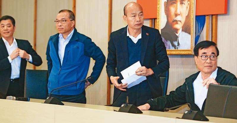 大選失利後,韓國瑜(右2)重回市長角色,首場市政會議就下令拚有感施政,企圖為罷韓止血。(聯合知識庫)
