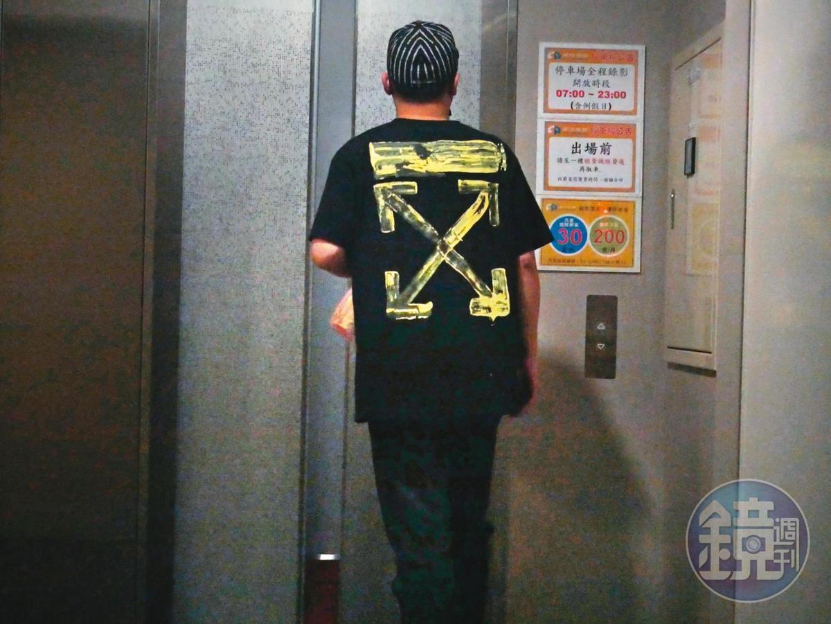 鬼祟探視:去年12月19日,傳雪碧偷生女後,本刊曾拍到郭柏均鬼祟出入璽恩產後護理之家。