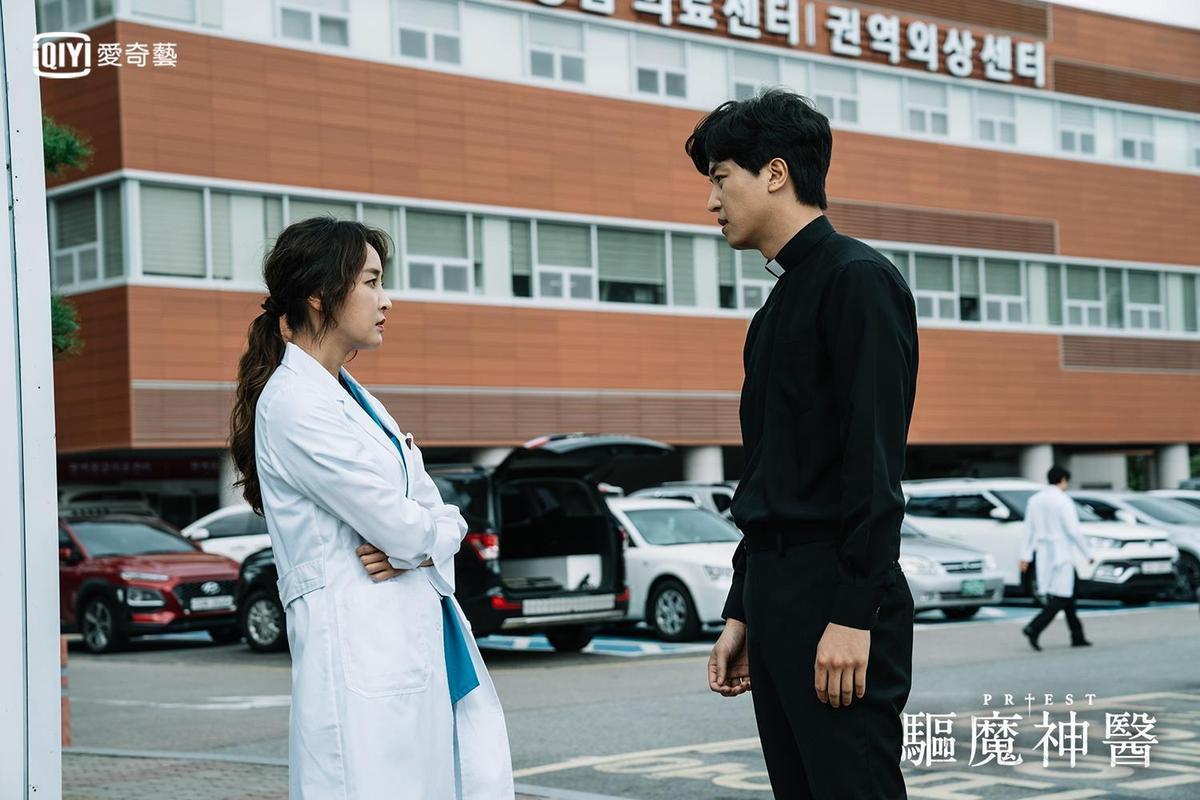 鄭柔美在《Priest 驅魔者》飾演醫生。(愛奇藝台灣站提供)