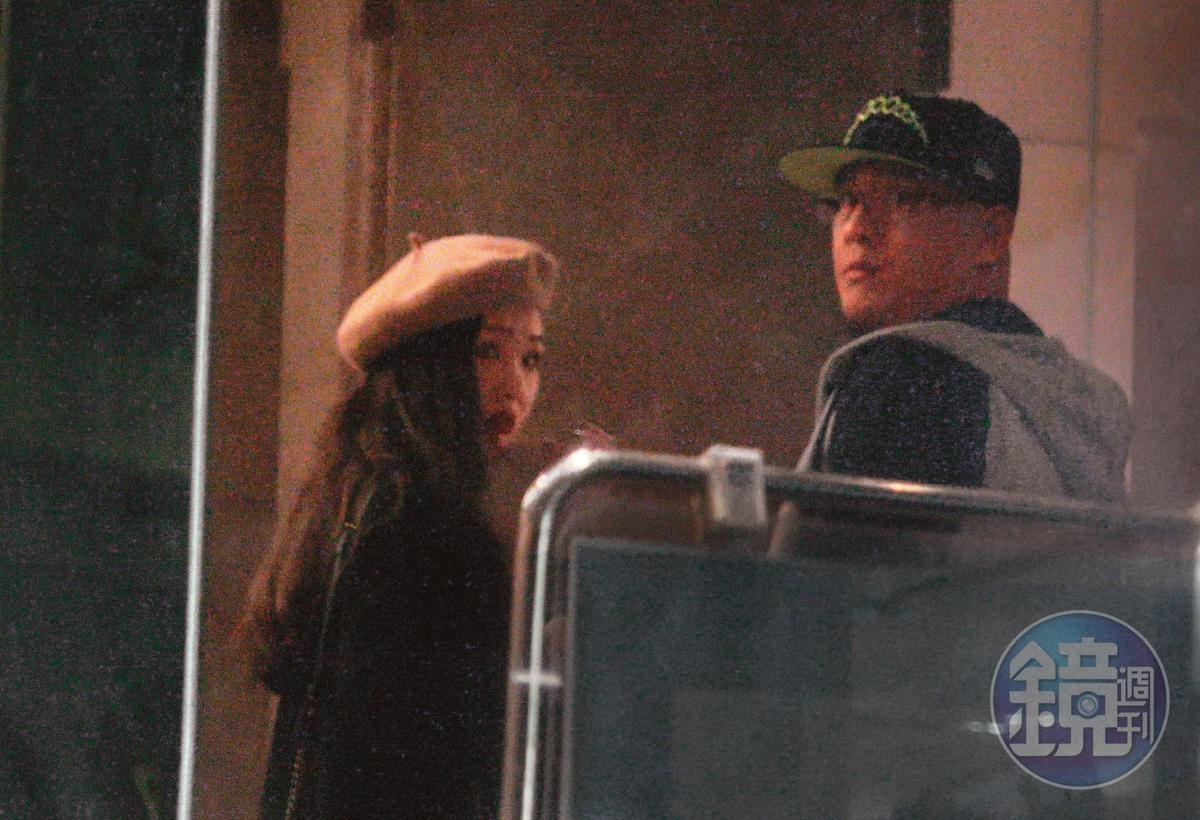 2019/11/28 03:59 蔣智賢和雪乳妹似乎擔心被發現,悄悄走向角落的陰暗處。
