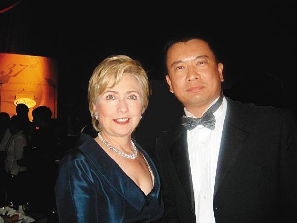 呂志堅(右)與美國政界關係不錯,臉書還有與前國務卿希拉蕊(左)的合照。(翻攝呂志堅臉書)