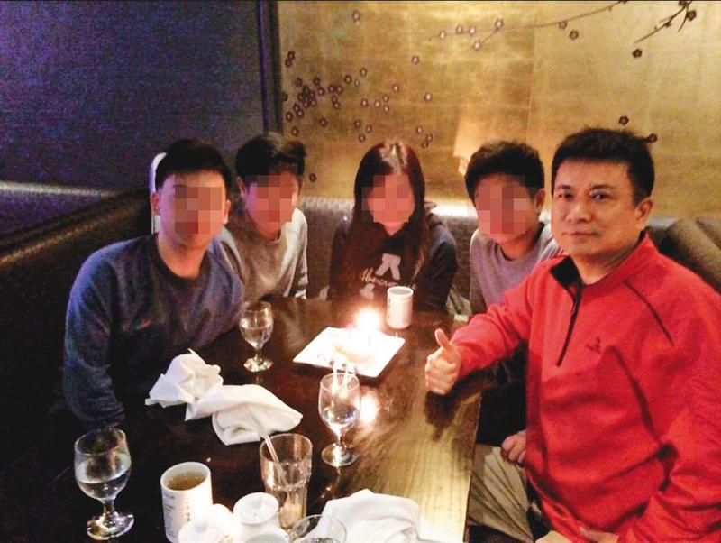 呂志堅(右)的全家福合照看似和諧,不料他卻涉入家暴案件。(翻攝呂志堅臉書)