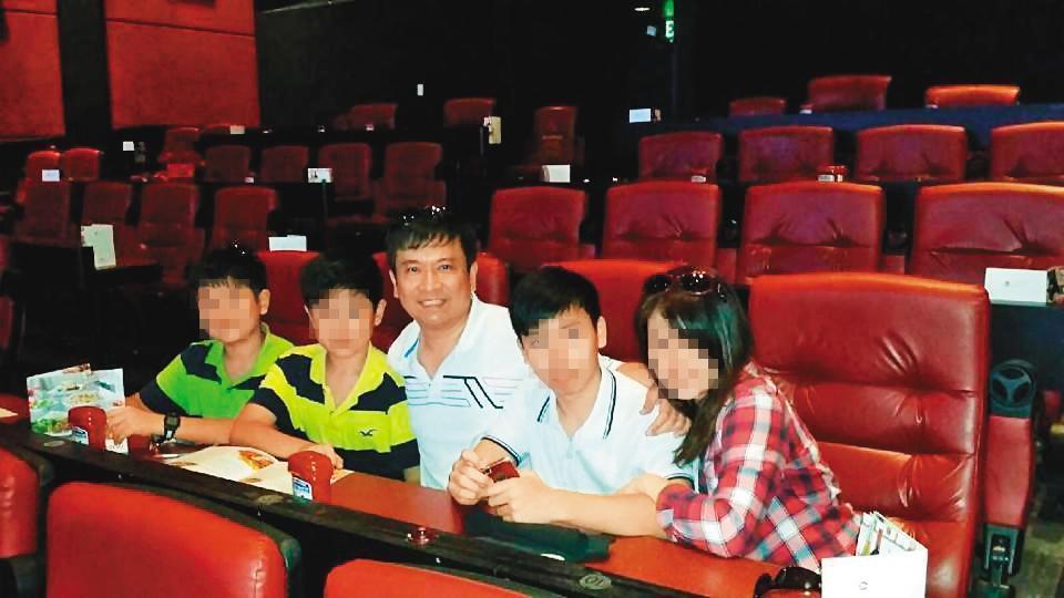 呂志堅(中)與妻育有3子,家庭看似非常幸福。(翻攝呂志堅臉書)